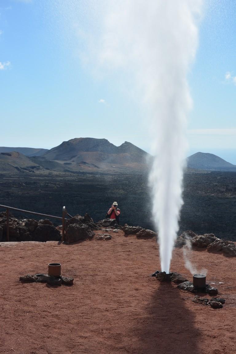 Wenn man im Vulkangebiet Wasser in ein Loch giesst, schiesst es kochen heiß wieder nach oben - sehr aufregend für die Kinder