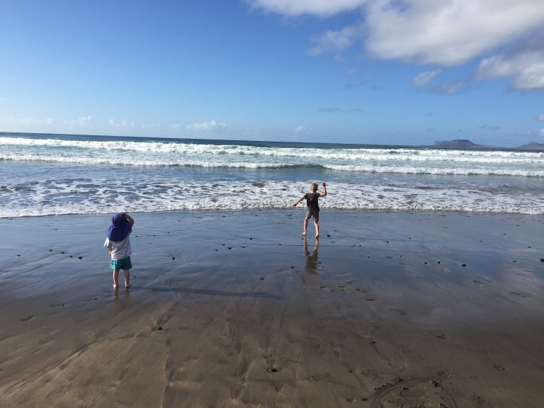 Steine werfen am Playa de Famara