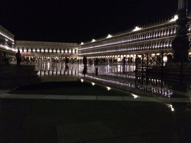 Markusplatz bei Nacht Venedig