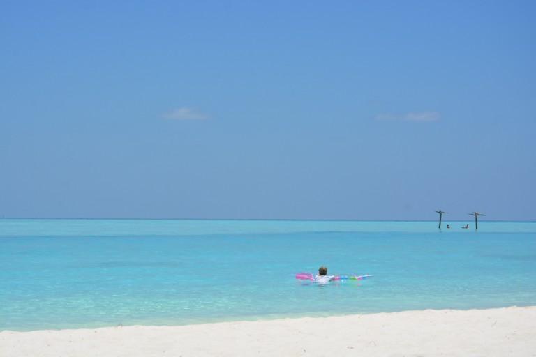 Türkises Meer, Weißer Sand, Hängematte und Luftmatratze