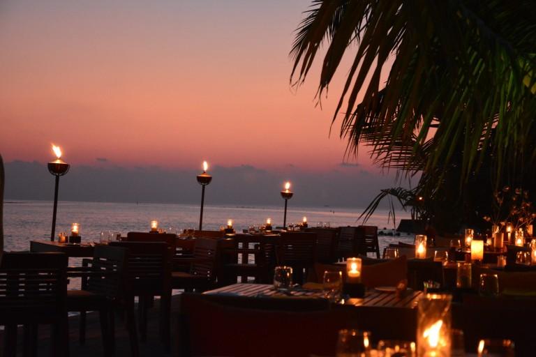Eines der 6 Restaurants direkt am Meer bei Sonnenuntergang