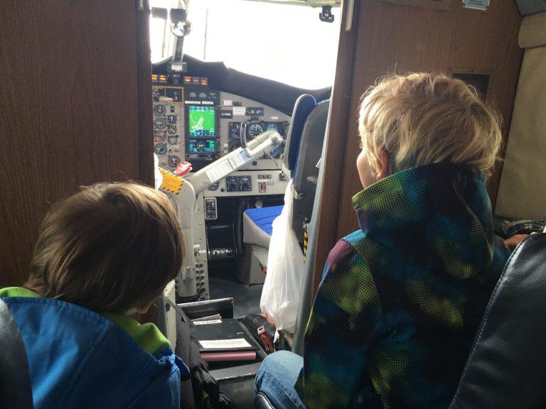 Die Kinder im Skybus auf die Scillys direkt hinter dem Cockpit ins der ersten Reihe