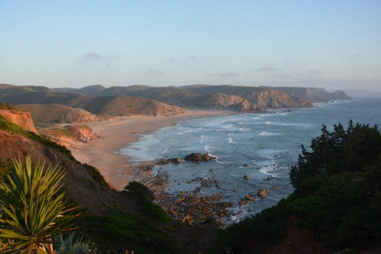 Praia do Amado, hier kann man oberhalb mit schönem Ausblick lecker Fisch essen!