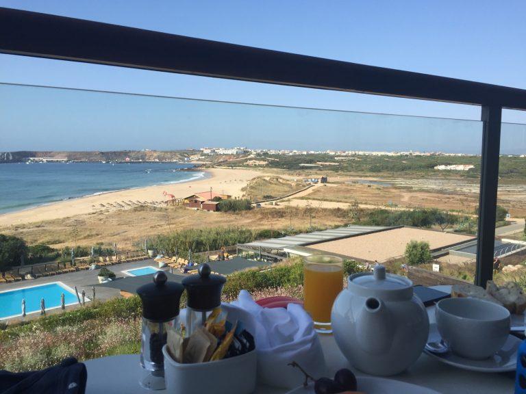 Unser Frühstückstisch mit Blick auf pool und Strand
