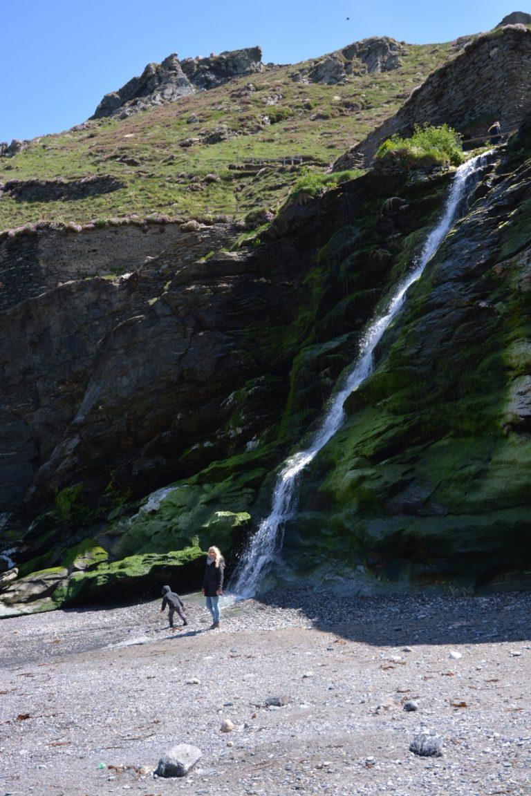 Wasserfall unterhalb der Ruinen am Strand von Tintagel Castle