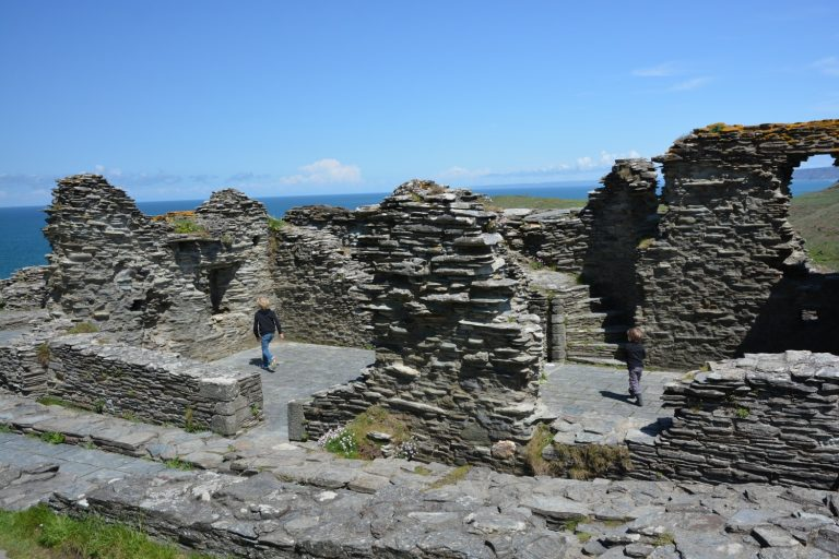 Kinder erkunden die Ruinen von Tintagel Castle