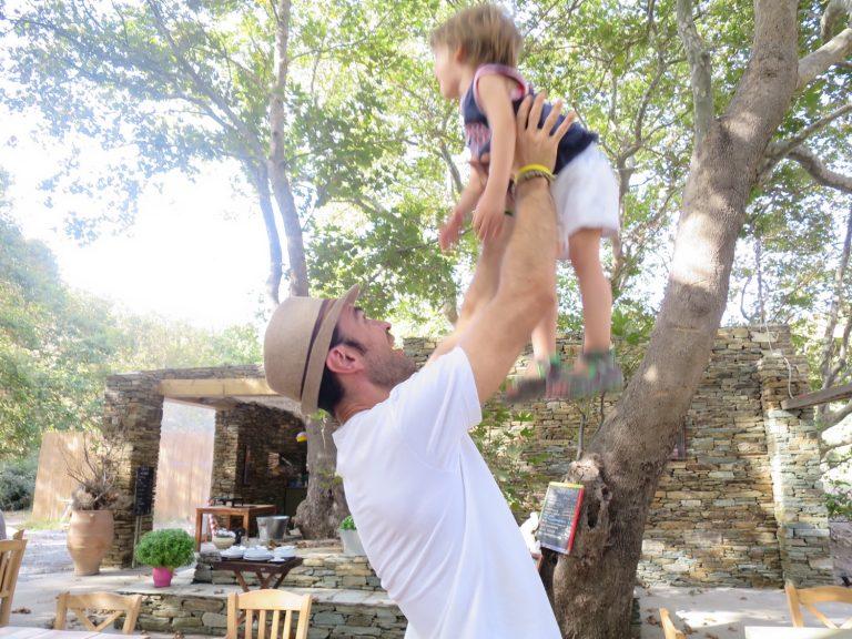 Efthimios wirft den Kleinen in die Luft