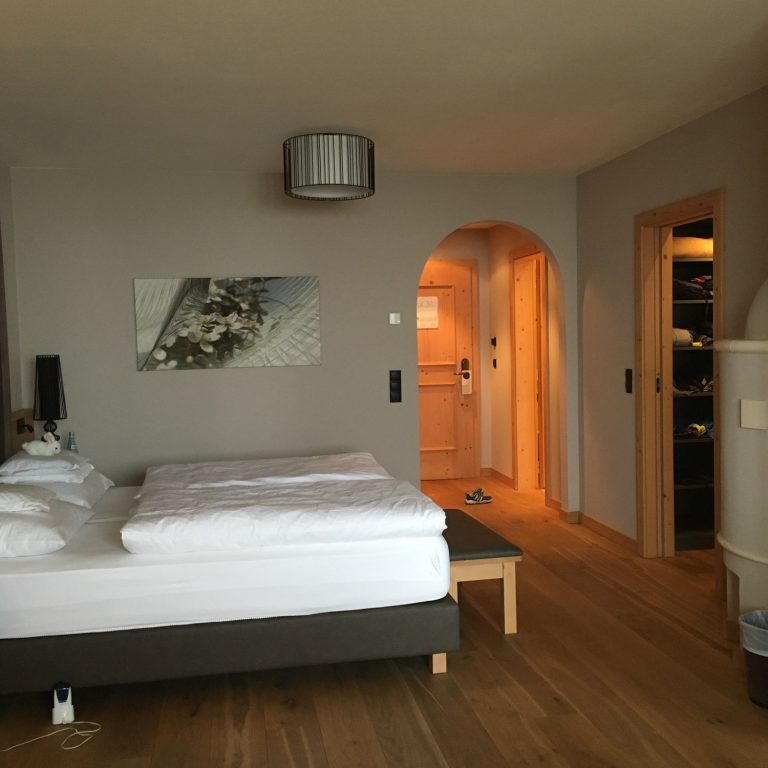 """Schlafzimmer Panoramasuite """"for family"""" Chalet Hotel Mirabell, Meran"""