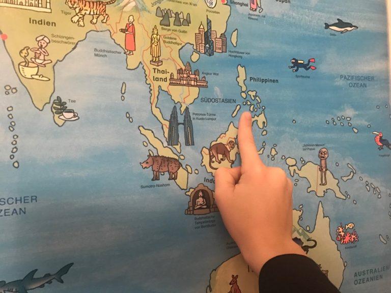 Mit dem Finger auf der Landkarte