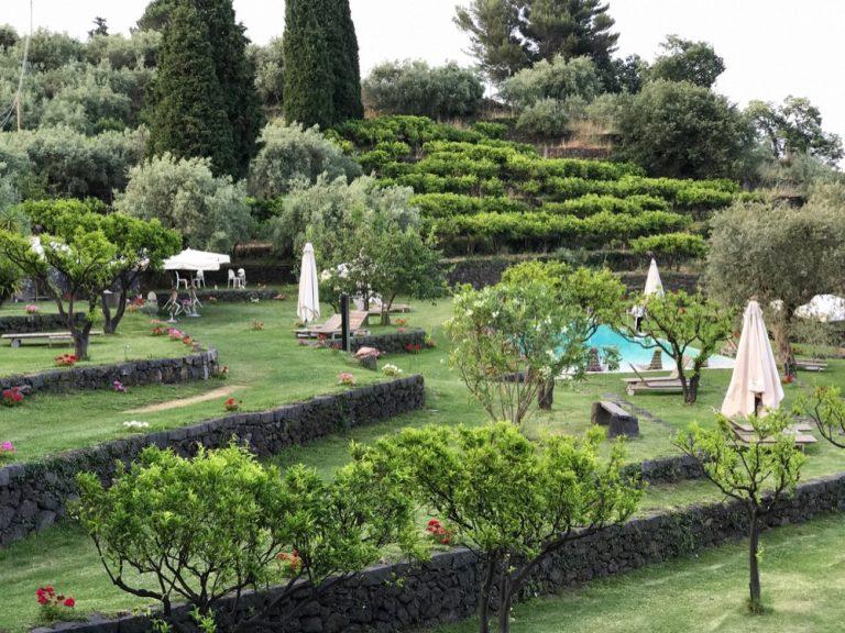 Monaci delle Terre Nere: Pool und Garten